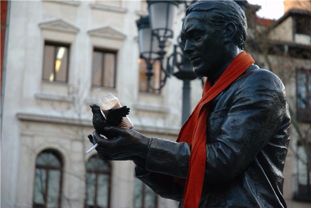 Lorca con bufanda, galletitas y tabaco. Foto: Juls