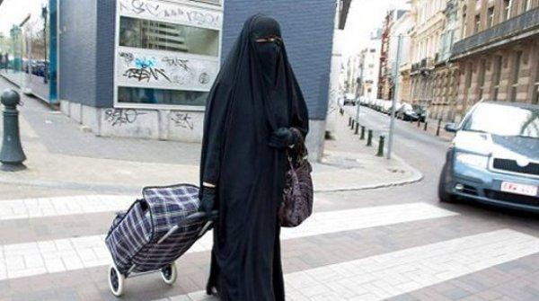 burka ándante por las calles de Lérida