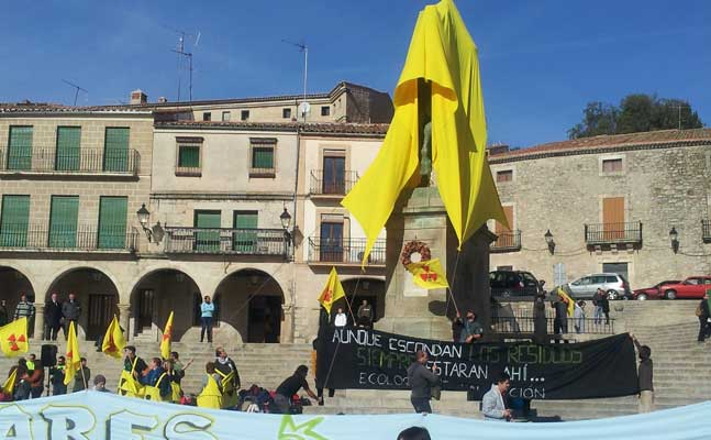 la estatua de Pizarro cubierta por la acción ecologista