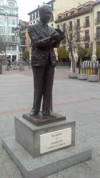 la estatua de Lorca en la Plaza de Santa Ana.