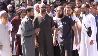 """Apenas unas horas después de que se cerrara la operación antiterrorista en Melilla en los diferentes barrios periféricos, un grupo de musulmanes se concentró frente a la Delegación del Gobierno para protestar por las detenciones de seis presuntos terroristas yihadistas, cuya inocencia defendieron por ser """"ciudadanos normales"""". MELILLA HOY"""