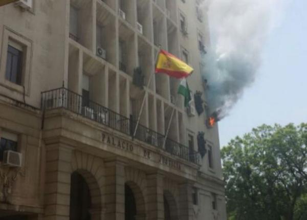 Palacio de Justicia en Sevilla en llamas