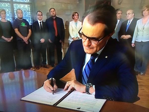 Artur Mas firma la secesión