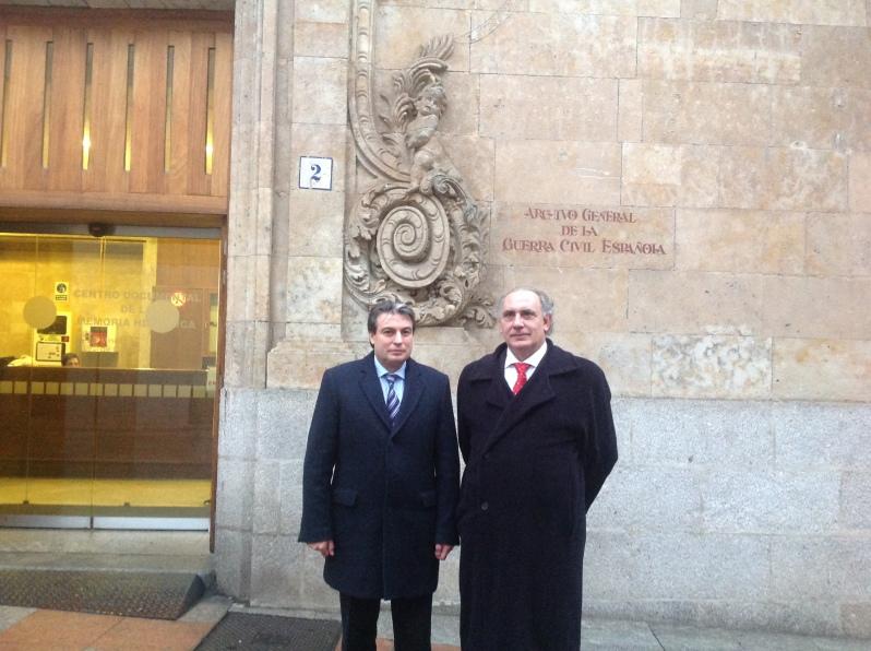 Con Policarpo Sánchez de Paseata por el Archivo de Salamaca. Foto La Paseata