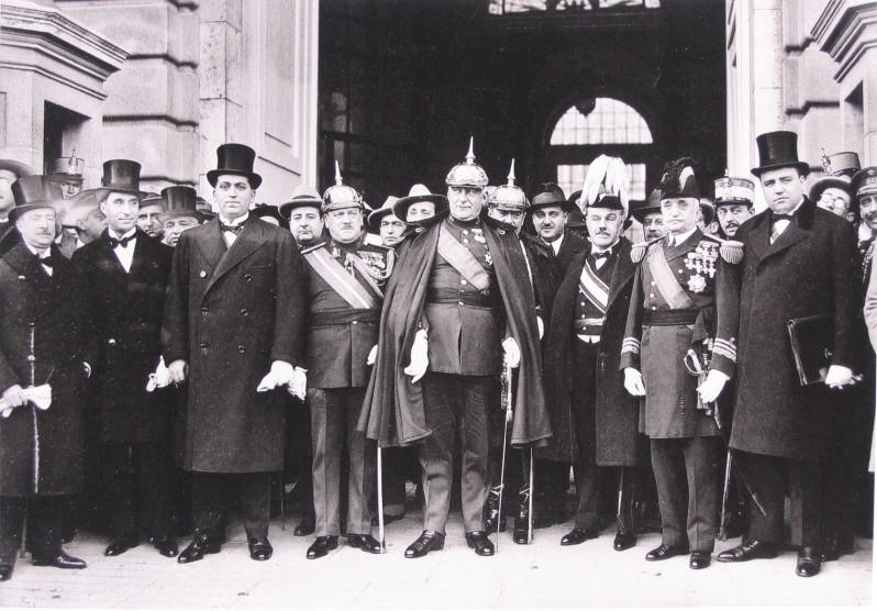 primer-directorio-civil-a-la-entrada-del-palacio-real-diciembre-1925-alfonso-xiii-ep
