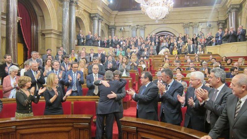 .El abrazo de los traidores en el Parlamento catalán