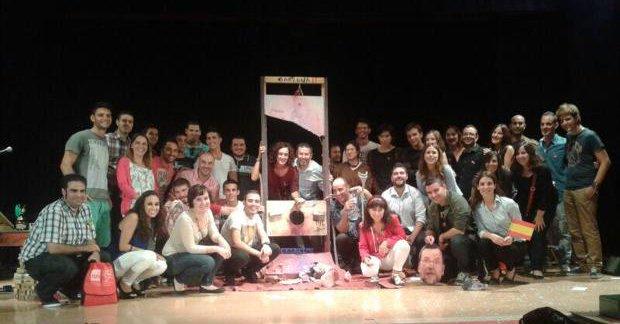 Alcaldes y candidatos del PSOE Alicante «guillotinan» a Rajoy en un acto con jóvenes