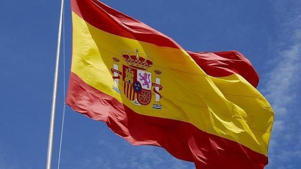 Bandera de España en el cielo azul