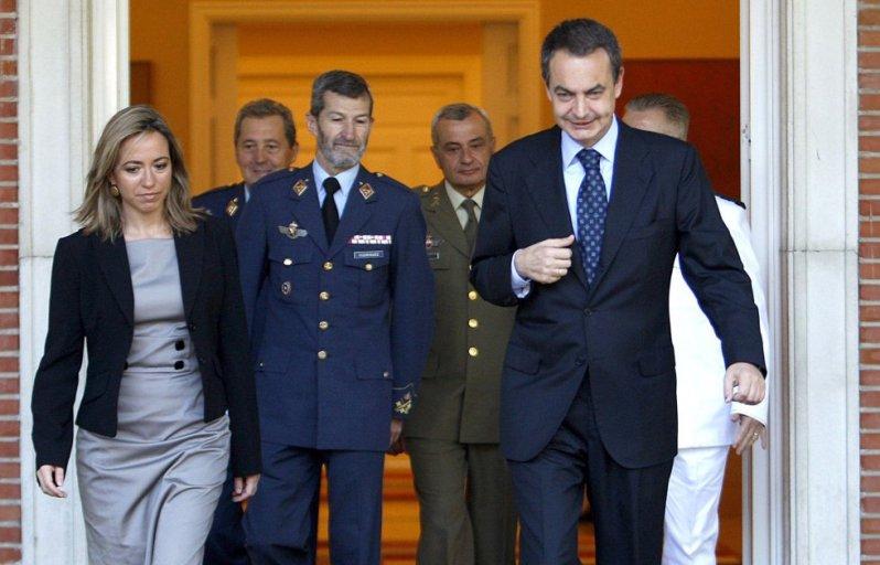 Carmen Chacón, el contador de nubes y el ex-general hoy podemita en su época de esplendoroso poder.