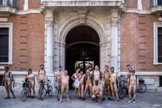 concentración de nudistas frente al arzobispado de Valencia