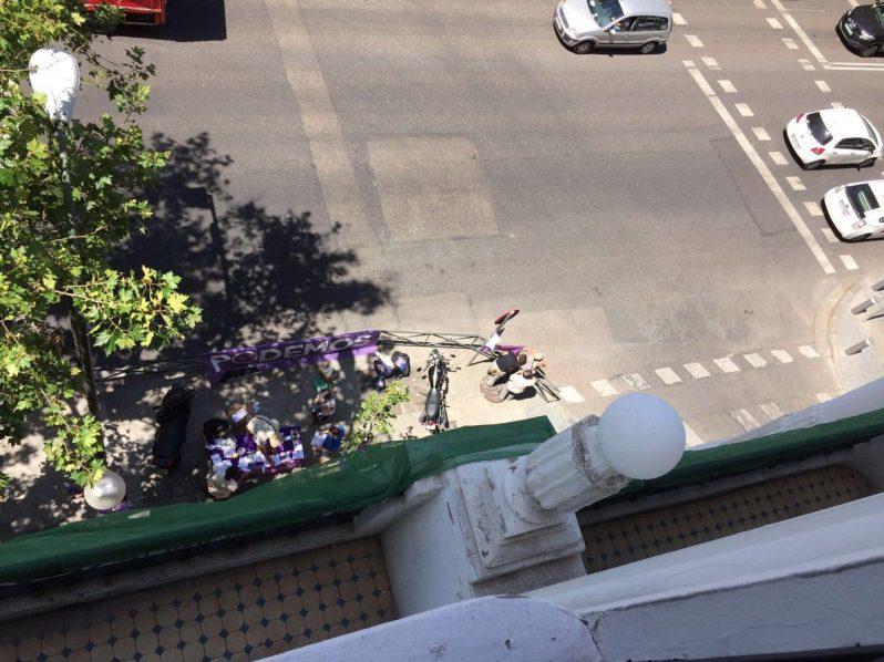 los podemitas delante de la sede del PP, hoy 23 de junio. Espero que no haya estallidos de violencia.