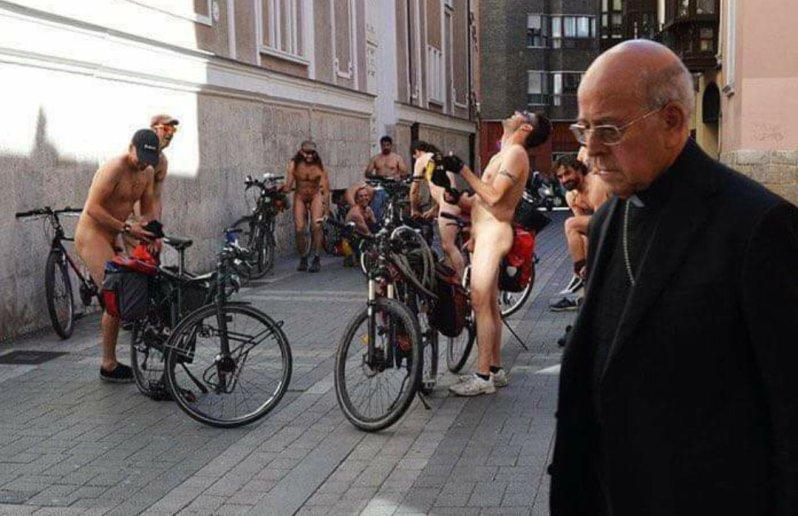 unos nudistas se mofan del Obispo Ricardo Blazquez