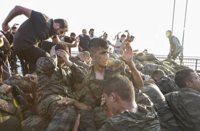 Llegan noticias e imágenes de linchamientos y decapitaciones de soldados por las huestes islamistas de Erdogan.