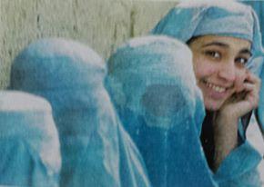 El delito de encarcelar la luz de la sonrisa de cualquier mujer al silencio e invisibilidad del burka.