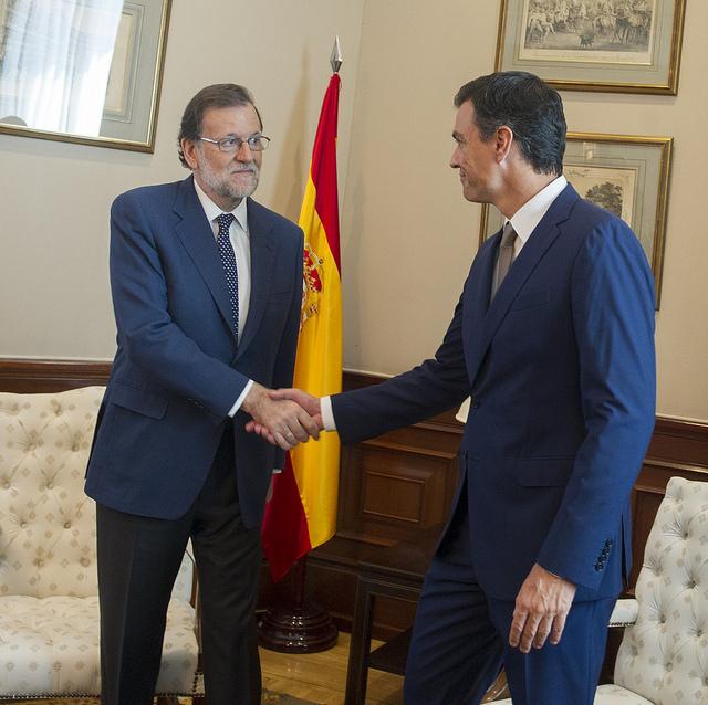 Rajoy y Sánchez se dan la mano