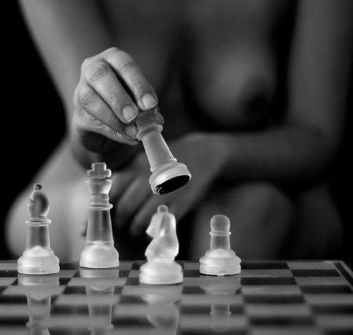 desnudo-desenfocado-juega-al-ajedrez