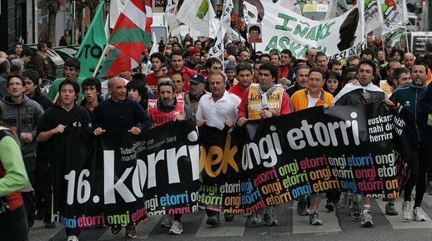 Korrika del 2009 organizada por AEK, no falta la propaganda proetarra