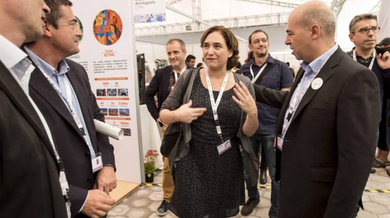 La alcaldesa de Barcelona, Ada Colau (c), visita la sede de la Conferencia Hábitat III de la ONU en Quito. (EFE)