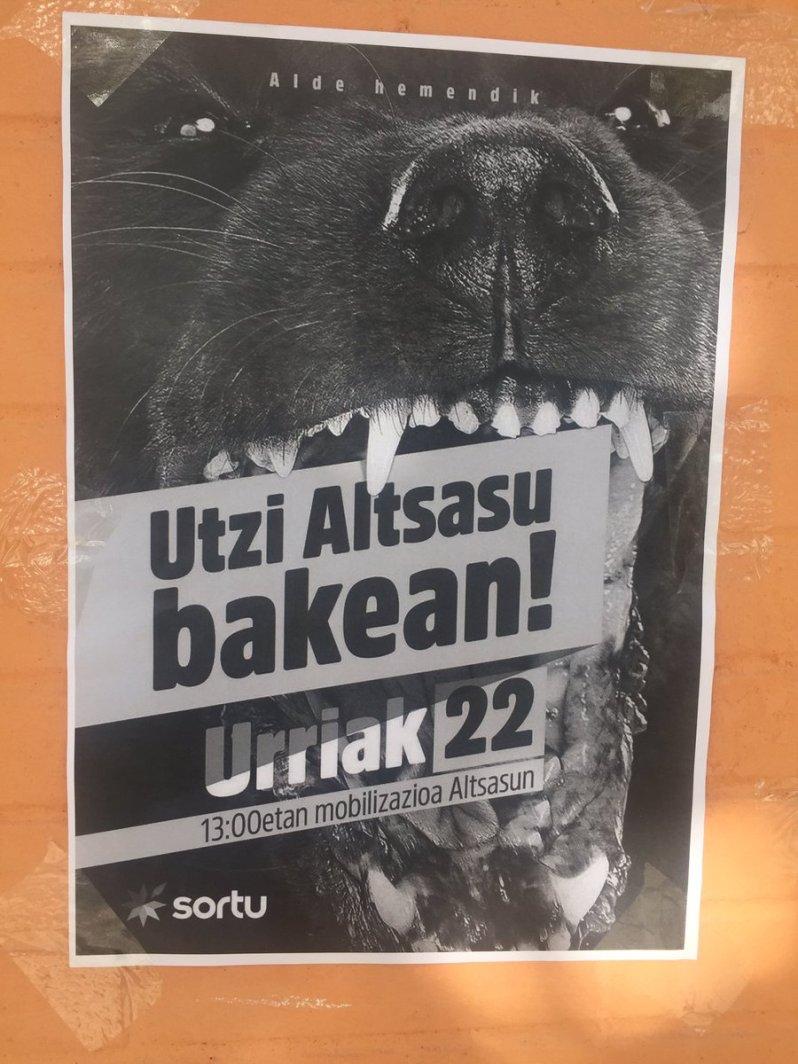 Los que pegan los carteles para la movilización del día 22 en Alsasua contra la Guardia Civil
