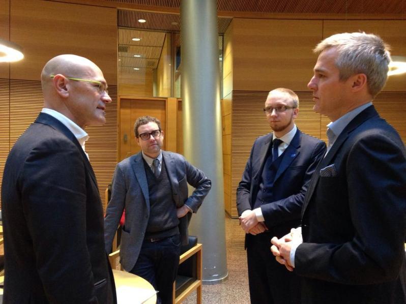 Romeva fue recibido y presentado por Simon Elo, diputado del Partido Finlandés, formación de extrema derecha que le hizo de anfitrión en la cámara de Helsinki.