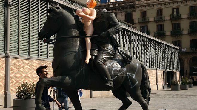 un-artista-coloca-una-muneca-hinchable-como-protesta-en-la-estatua-ecuestre-del-general-franco