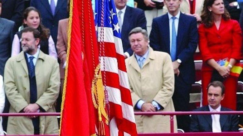 Zapatero pidió a los periódicos que pasaran por alto su 'sentada' ante la bandera de EEUU